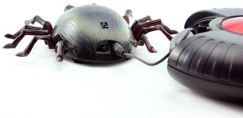 На фото показан процесс подзарядки жука от пульта ДУ