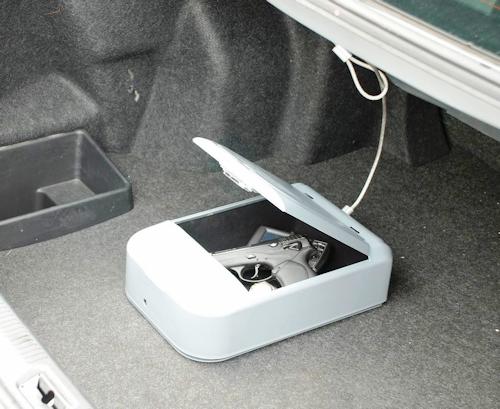 """Автомобильный сейф """"Ospon 601"""", закрепленный в багажнике автомобиля"""