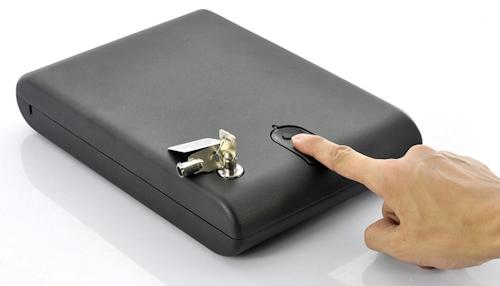 Сейф легко разблокируется при помощи оптического сканера отпечатков пальцев, а также его можно открыть обычным механическим ключом