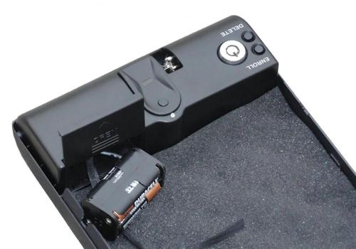 "Замок автосейфа ""Ospon 100A"", как и модели ""100B"" (на фото), питается от 4 батареек АА"