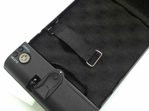 Сейф оснащен ремешком для закрепления небольших предметов, чтобы они не болтались во время поездки