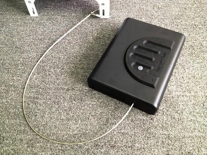 """Тросик, с помощью которого можно закрепить  автосейф """"Ospon 500SDT"""" в салоне или багажнике автомобиля"""