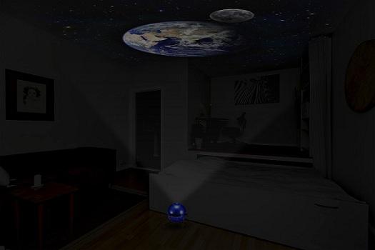 Изображение Земли и Луны на потолке в темной комнате выглядит крайне эффектно! (нажмите на фото для увеличения)