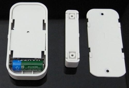 Датчик имеет батарейный отсек на тыльной стороне корпуса и пластину с фиксаторами, позволяющую быстро снимать его