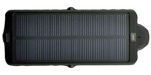 Солнечная батарея заряжает аккумулятор в дневное время