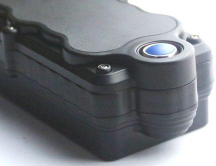 Кнопка активации датчика, реагирующего на попытку снятия трекера