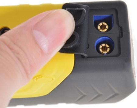Разъемы на которые подается напряжение для запуска двигателя, надежно защищены резиновой заглушкой