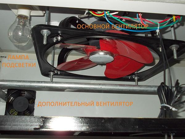 Конструкция устройства продумана до мелочей, предусмотрена не только мощная система вентиляции с регулируемыми параметрами, но и лампа подсветки для осмотра яиц в темное время суток