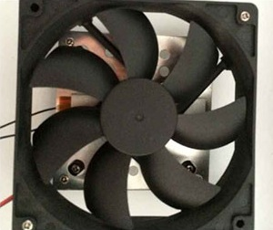 Небольшого вентилятора вполне хватает для обеспечения эффективной циркуляции воздуха внутри корпуса прибора