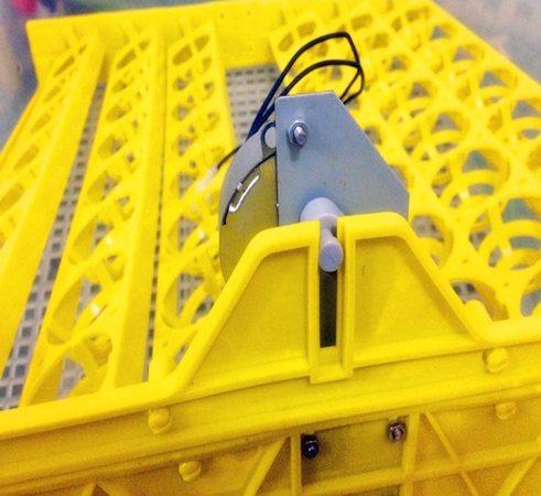 Шаговый двигатель для поворота яиц