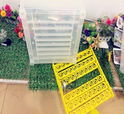 Каждая секция состоит из прозрачного корпуса и подставки для яиц с поворотным механизмом