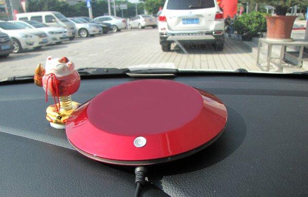 Очищает воздух в салоне автомобиля