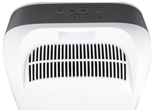 Очищенный воздух выходит через отверстия на задней панели прибора
