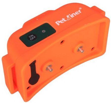 На верхней стороне обучающего приемника расположены кнопка включения и индикатор заряда аккумулятора