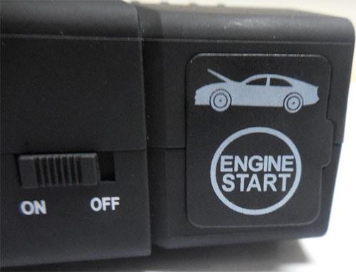 Разъемы, на которые подается напряжение для запуска двигателя, надежно защищены резиновой заглушкой