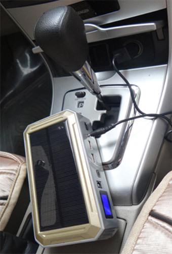 """При разряде встроенного в """"JumpStarter Solar"""" аккумулятора, его можно подзарядить от бортовой сети автомобиля, подсоединив аппарат к прикуривателю"""