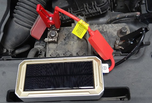 """Пуско-зарядное устройство """"JumpStarter Solar"""", присоединенное к АКБ автомобиля комплектными """"крокодилами"""" (нажмите на фото, чтобы увеличить)"""
