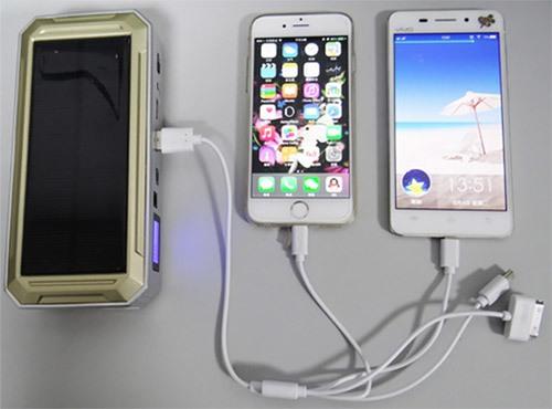 """С помощью прибора """"JumpStarter Solar"""" можно одновременно обеспечивать питанием несколько устройств"""