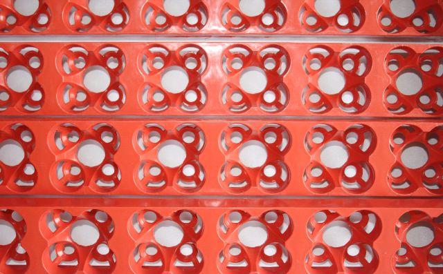 На фото показаны ячейки лотков крупным планом