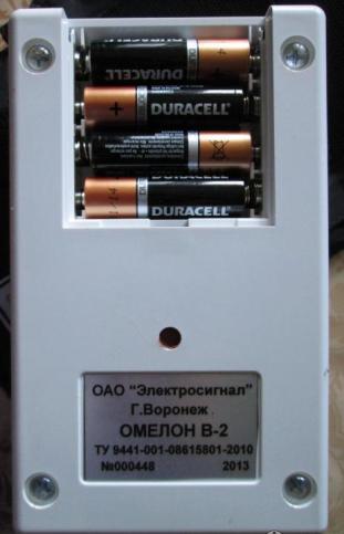 Глюкометр получает питание от четырех пальчиковых батареек
