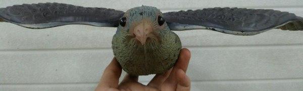 Объемные глаза и реалистичная форма клюва делают отпугиватель практически неотличимым от живого орла