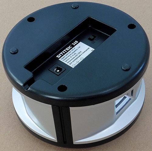 Устройство питается от обычной розетки, разъем для подключения сетевого адаптера располагается в нижней части его корпуса (нажмите на фото для увеличения)