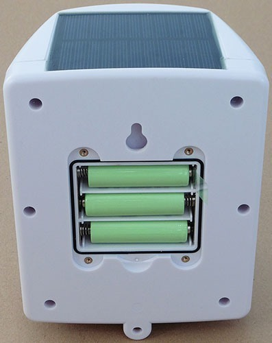 Аппарат работает от 3-х АКБ, которые в светлое время суток подзаряжаются от солнечной батареи (увеличение по нажатию)