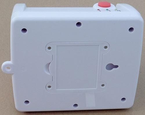 Для подвешивания прибора на гвоздь/саморез предусмотрено отверстие на задней панели (увеличение по нажатию)