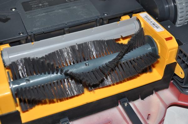 Уборка осуществляется двумя щетками: ворсовой и перепончатой