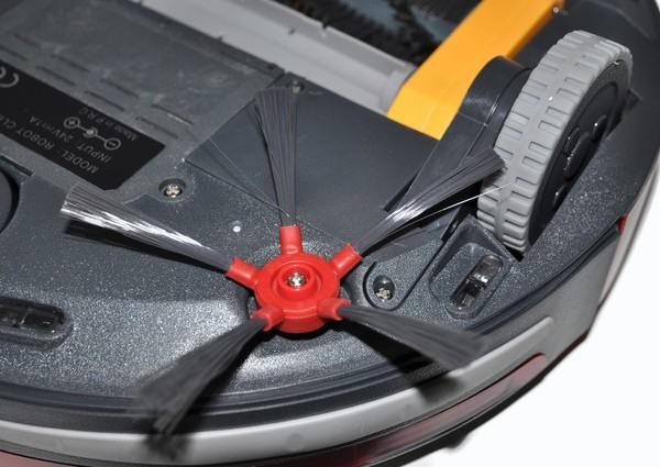 """Робот-пылесос """"310B"""" оснащен двумя боковыми щетками пропеллерного типа"""