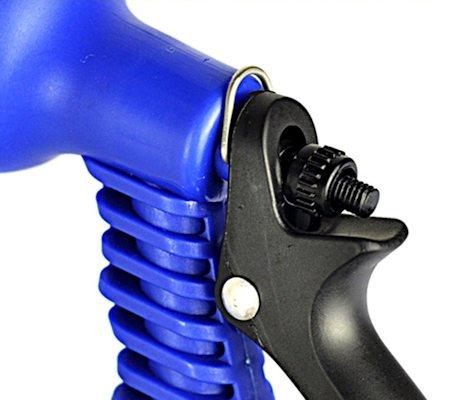 Распылитель имеет регулировку напора воды и фиксатор для рукояти