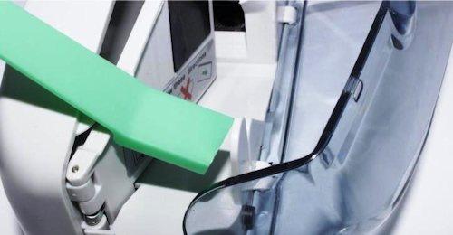 Планка-ограничитель препятствует выпадению банкнот