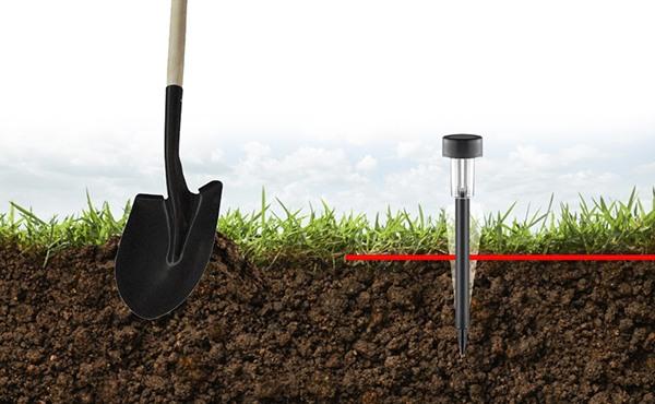 Поместите отпугиватель кротов SITITEK KM01 в землю примерно на половину его длины, предварительно размягчив почву