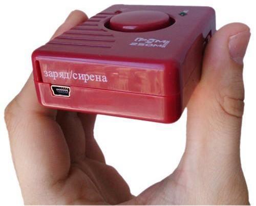 Разъем microUSB на заднем торце прибора служит не только для зарядки аккумулятора, но и для подключения сигнального кабеля