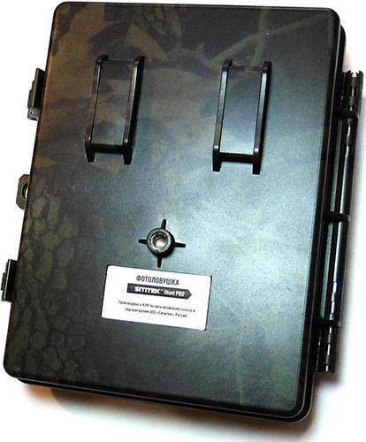 Для крепления фотоловушки к дереву или столбу предусмотрены ременные петли на задней крышке