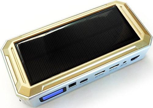 Пуско-зарядное устройство оборудовано производительной солнечной панелью (увеличение по нажатию)