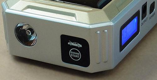 На переднем торце устройства расположен яркий фонарик (увеличение по нажатию)
