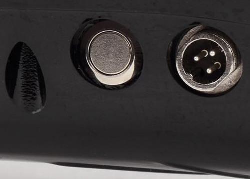 """На задней панели корпуса гироскутера """"SLX-001"""" расположена кнопка включения смартборда и гнездо для подключения зарядного устройства"""