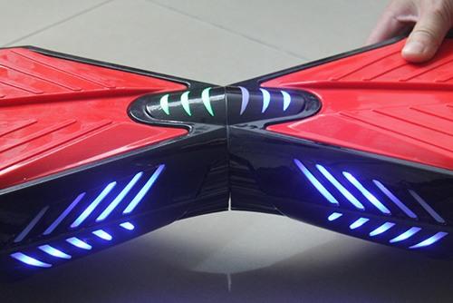 """Свечение фар гироскутера """"SLX-003 Transformers + Music"""" хорошо заметно даже при ярком освещении, придавая дизайну сигвея особую эффектность"""