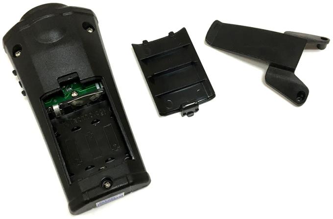 Элементы питания устанавливаются в специальный отсек, расположенный в нижней части корпуса отпугивателя