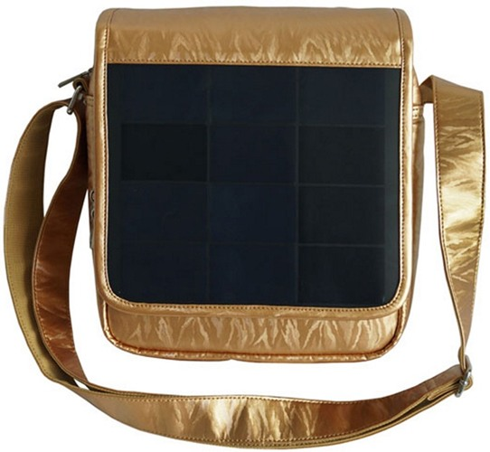 Солнечная батарея встроена в клапан сумки