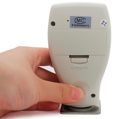 Прибор имеет специальную форму корпуса, чтобы его удобно было держать в руке во время замера