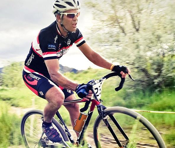 Если Вы велосипедист или скутерист, то, докупив недорогую клипсу, без труда установите колонку на руль (нажмите на фото, чтобы увеличить)