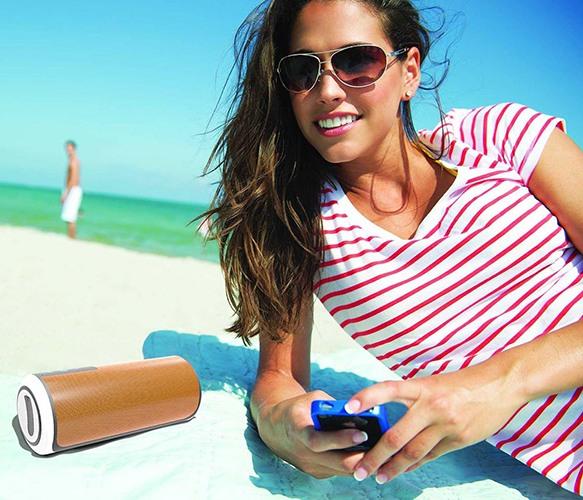 """Колонку """"Trendwoo Music Tube X-BASS"""" можно использовать где угодно, например, на пляже (нажмите на фото, чтобы увеличить)"""
