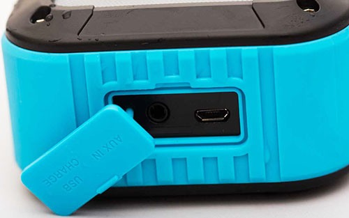 Аккумулятор колонки подзаряжается через разъем USB, защищенный специальной заглушкой (нажмите на фото, чтобы увеличить)