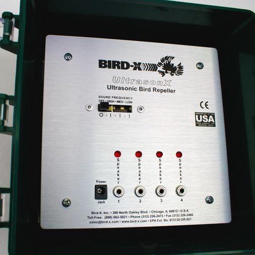 """На лицевой панели ультразвукового отпугивателя птиц """"Ultrason X"""" размещены гнезда для подключения динамиков и переключатель режимов работы"""