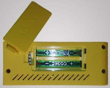 """Открыть крышку отсека с батарейками дозиметра СОЭКС 01M """"Defender"""" не составит труда, ведь для этого не нужны специальные инструменты"""