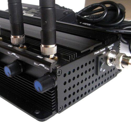 """Ручки регулировки мощности в подавителе связи """"СТРАЖ X8 ПРО"""" обеспечивают плавную настройку дальности подавления отдельных диапазонов частот"""