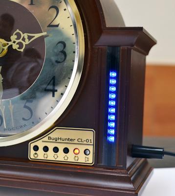 Светодиоды, показывающие уровень сигнала, расположены на лицевой панели детектора БагХантер CL-01, справа от циферблата