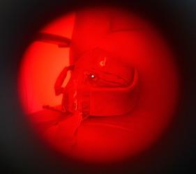Вид на камеру видеонаблюдения, спрятанную в сумке, через окно объектива обнаружителя BugHunter Dvideo Nano